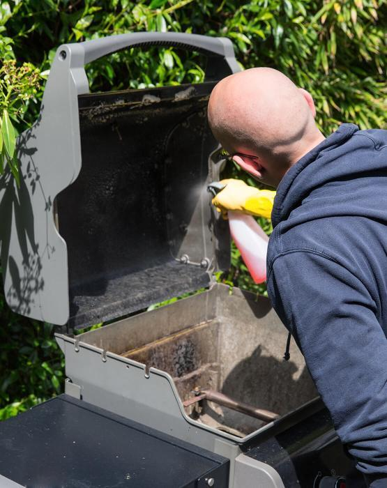 Fantastic cleaner using a spray cleaner on a barbecue lid